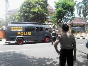 teror bom di pati Satuan Gegana Polda Jateng Saat mengevakuasi bungkusan diduga bom