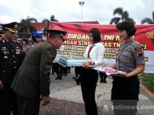 HUT TNI, Kodim Pati Dapat Kue Ulang Tahun dari Polres Pati