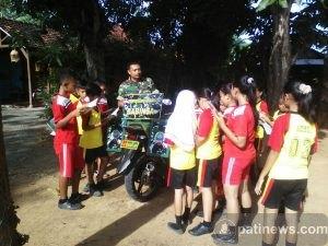 Anggota TNI Buka Perpustakaan Keliling di Pucakwangi