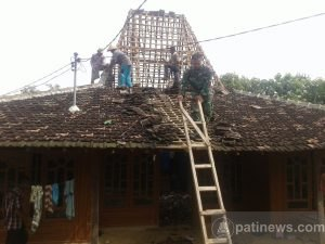 Anggota TNI dan Warga Perbaiki Rumah Tersambar  Petir di Pucakwangi
