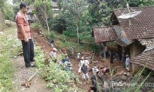 TNI Bantu Warga Desa Sidomulyo Gunungwungkal Perbaiki Jalan Rusak Akibat Longsor