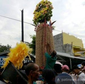 Tradisi Meron di Sukolilo, Sedot Perhatian Warga