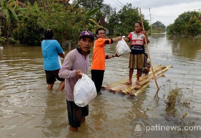 KSPPS Fastabiq Bantu Korban Banjir di Desa Sunggingwarno Gabus