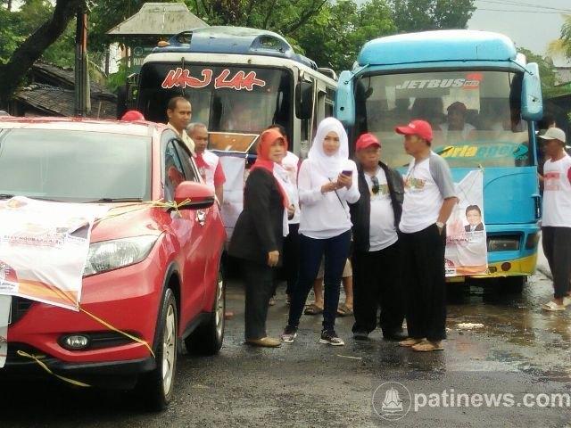 Meski Diguyur Hujan, Pendukung Calon Bupati dan Wakil Bupati Pati Antusias Ikuti Kampanye