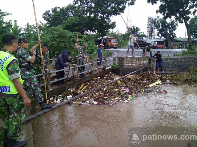 Salut, Anggota Koramil Pati Ini Berjibaku Bersihkan Sampah Penyebab Banjir