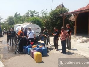 KPUD dan PMI Kabupaten Pati Salurkan Air Bersih di Desa Mojoluhur Jaken