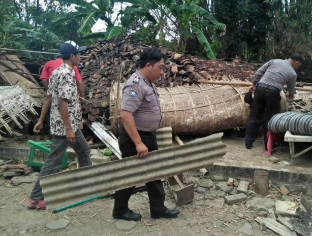 Polsek Winong dan Warga Desa Pekalongan Winong, Evakuasi Rumah Mbah Sutar yang Ambruk