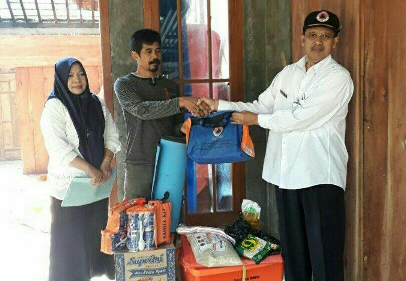 Kepala BPBD Pati Serahkan Bantuan Korban Rumah Terbakar di Tompegunung Sukolilo
