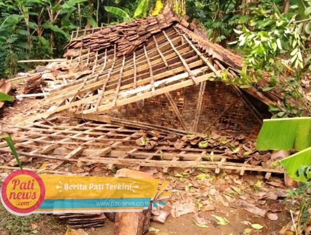 Hujan Lebat Disertai Angin Kencang, Robohkan Dua Rumah di Gunungwungkal