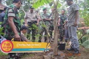 Di Gunungwungkal, TNI dan Polri Terima Pelatihan Cara Menanam Pohon Yang Baik