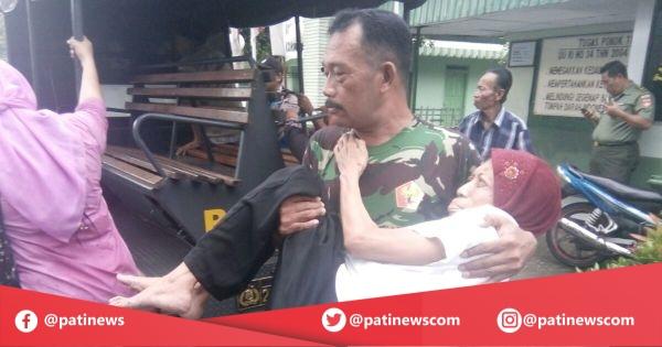 Tak Kuat Jalan, Anggota TNI Pati Gendong Warganya Untuk Berobat