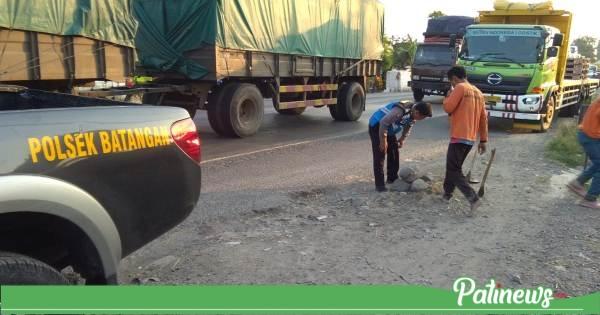 Cegah Lakalantas, Polsek Batangan Bersama Warga Perbaiki Jalan Berlubang