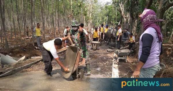 Begini Kompaknya Warga Lahar Tlogowungu, Kerjakan Betonisasi Bareng TNI-Polri