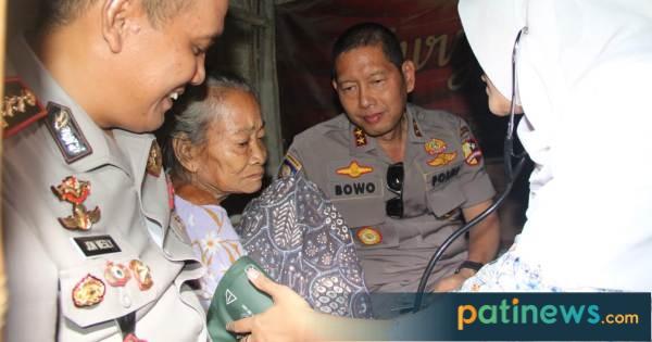 Supervisi, Kakorbinmas Baharkam Polri dan Kapolres Pati Serahkan Bansos di Ketanen Trangkil