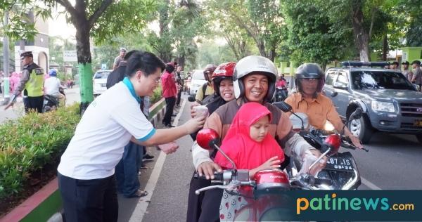 Bersama Polres dan Bhayangkari, RS Keluarga Sehat Pati Bagikan Takjil