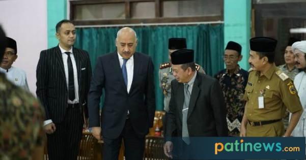 Bupati Pati Haryanto kemarin (Selasa, 09 Juli 2019) hadir dalam Milad ke-70 Pondok Pesantren Raudlotul Ulum serta Haul ke-41 Mbah Suyuthi Abdul Qodir Jaelani yang berlokasi di Pondok Pesantren Raudlatul Ulum Guyangan Pati.