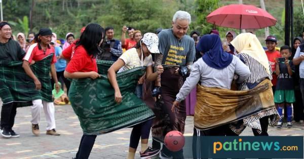 Aksi Ganjar Futsal Sarung Bareng Emak-Emak ini, Asli Bikin Ngakak