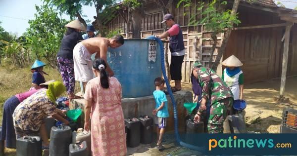 Truk Tangki Air Datang, Warga Dukuh Putuk Desa Triguno Pucakwangi Girang