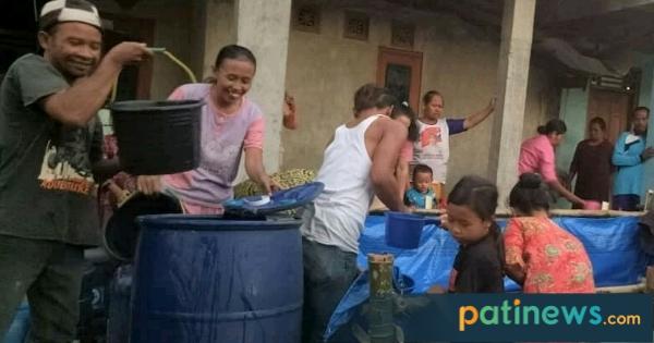 Bencana Kekeringan, Warga Dukuh Tlogo Pelemgede Harus Ngangsu Dapatkan Air Bersih