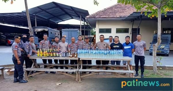Jelang Akhir Tahun, Sabhara Polres Pati Amankan Ratusan Botol Miras
