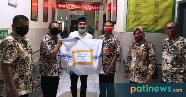 Endro Dwi Cahyono didampingi Kepala Dinas Kesehatan Kabupaten Pati, dr. Edy Siswanto menyerahkan bantuan Alat Pelindung Diri (APD)  berupa 20 paket APD kepada Puskemas Kecamatan Wedarijaksa I. Kamis (28 Mei 2020).