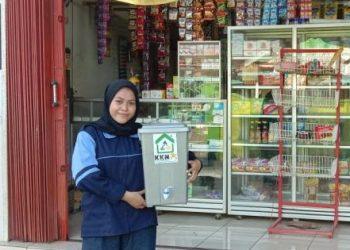 Hikmiatul Aliyah Bagikan Tempat Cuci Tangan di Beberapa Toko di Desa Grogolan